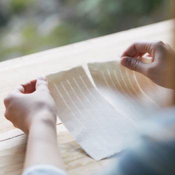 佐賀県の名尾で梶の木の栽培から一枚の紙になるまですべての工程を行う工房で丁寧に作られる厚手の手すき紙。昔は原料がとても貴重だったため、紙は使用後にすき直して再利用していました。