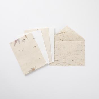 そんな伝統として受け継がれてきた技術で作られた厚手の和紙の12枚綴りのちぎり便箋と、ちょっとした気持ちを伝えたいときに便利な20枚綴りのちぎり一筆箋、さらに5種のすき込封筒のセット。