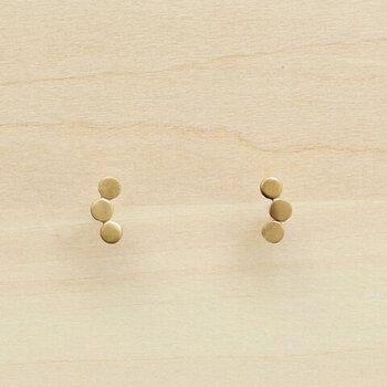 ぽんぽんぽん、と平らな円が3つ並んでいます。どんな眼鏡や服にでも合わせられるシンプルさで、間違いなくおしゃれに決まります。