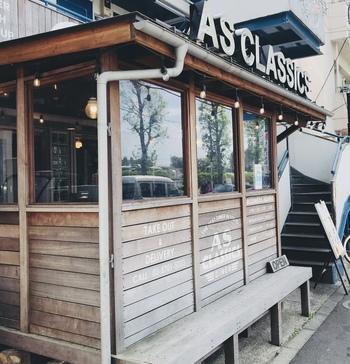 駒沢公園そばの住宅地にある「AS CLASSICS DINER(エーエス クラシックス ダイナー)」は、駅から徒歩15分とやや遠い場所にも関わらず、行列ができる人気店。オーナーシェフこだわりのアメリカンフードが評判です。