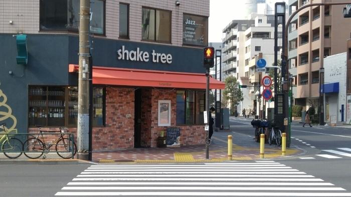錦糸町と両国の中間地点にある「shake tree burger&bar(シェイクツリー バーガー&バー)」は、連日行列ができる有名店。肉が主役の料理にこだわり、いつも活気にあふれています。