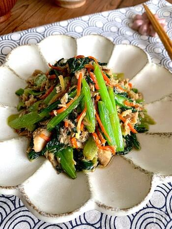 さば水煮缶を使った、小松菜や人参の炒めもの。缶の汁もまるごと使い、旨みたっぷり!栄養も豊富で、ぜひ積極的に食べたい副菜です。