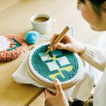 ニードルパンチとは、剣山状の針を使って生地の上に柄となる刺繍糸や毛糸を埋め込んでいく技法。専用のニードルに毛糸を通して布にプチプチと刺すだけで、素敵な模様や絵に仕上げることができます。太い針を使うため、布は厚みがあって伸びにくい素材が適しています。