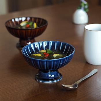 深いブルーが目を引く磁器の器です。上品な艶があり、食卓を美しく飾るのにぴったり。菊をモチーフにした繊細なデザインも魅力的!名前の通りデザートを入れて使ったり、おつまみを入れたりしても◎