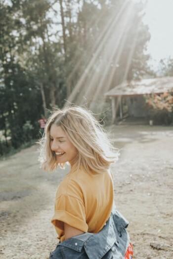 1日にたった1回だけ「誰かを笑顔にしてあげよう」と心がけることで、自分の気持ちもポジティブになれそう。そんな風に毎日「小さな幸せ」を噛みしめて、笑顔の連鎖を周りにも広げていけたら、人生がより豊かになりそうですね。