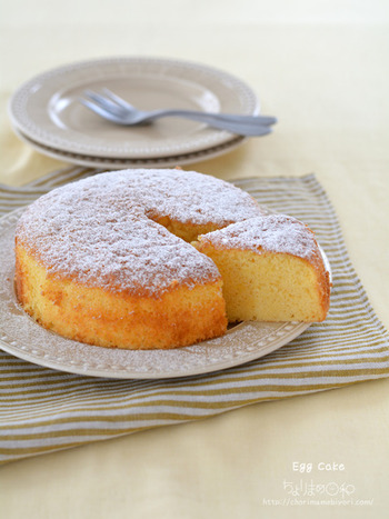 卵の風味が効いたシンプルなケーキは、ホイップクリームやフルーツを添えたりしてアレンジを楽しめるのが◎ ホットケーキミックス・たまご・牛乳などだけで作れるので、今日にでもチャレンジできそう。ハンドミキサー不要なのも嬉しいポイントです。