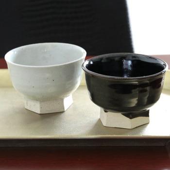 土の色合いを生かした「石灰」と、食卓を引き締めてくれそうな「黒飴」の2種類から選べます。料理によって使い分けても良いですね。シンプルなデザインなので、他の食器と合わせやすいのが◎