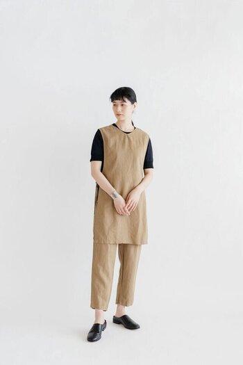 両脇を紐で結んで着る、まるでエプロンのような形のベスト。リネンのシャリ感とコットンの柔らかさが組み合わさり、おうち時間にもぴったりなやさしい使い心地です。お尻がすっぽり隠れる丈感で、やや細身のパンツやスカートとの相性がよく、写真のようなワントーンコーディネートも素敵。インナーに長袖を組み合わせれば秋も欠かせないアイテムに。