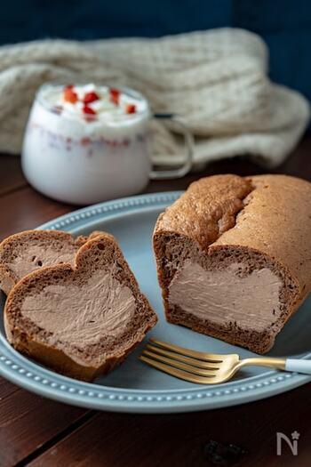 おうちで贅沢な気分を味わえる、チョコクリームのシフォンケーキのレシピ。日常のちょっとリッチなおやつとしても、来客時のおもてなし用としても活躍します。ハードルが高そうなレシピに見えますが、ホットケーキミックスを使うため意外と簡単です。