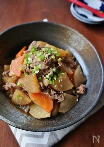 牛こま切れ肉は、いろんな部位の牛肉を集めているため、柔らかく火が通りやすいのがメリット。煮込み料理も、味がしっかりと染み込んで美味しく仕上がります。 醤油ベースの味付けで根菜とじっくりと煮込んで、野菜もたっぷりと摂取できる一品に。最後にネギを散らして、彩りもキレイに仕上げましょう。