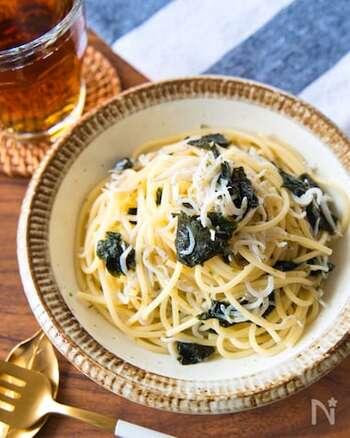 オリーブ油の香りとしらすの塩気に海苔と白だしの風味がおいしい和風パスタ。ご年配の方にも喜ばれるシンプルで風味豊かなパスタはニンニクと唐辛子を加えればペペロンチーノのようになり、食欲がよりそそられます。
