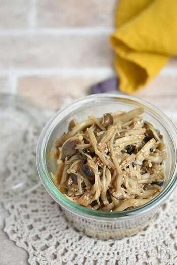 えのきやしめじ、舞茸と3種類のきのこをたっぷり使った佃煮。ごま油でしっかり焼き付け、生姜と調味料を入れて煮詰めたら完成です。たくさん作れるので冷凍にもおすすめ。