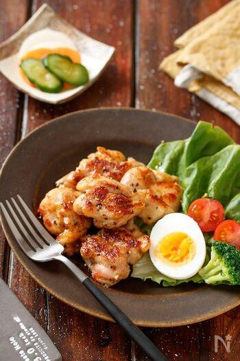 鶏もも肉を使った、ジューシーな塩チキン。鶏肉や調味料をフリーザーバッグやポリ袋に入れて、そのまま冷凍庫へ。使いたいときにフライパンで焼けば完成です。