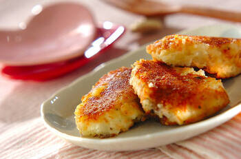 鮭の入った洋風おやきです。鮭の塩気とじゃがいもがよく合います。鮭はレンジで火を通すので楽ちん。クリームチーズのコクが相まって絶品です。お弁当のおかずはもちろん、パンにはさんで食べてもおいしそう。