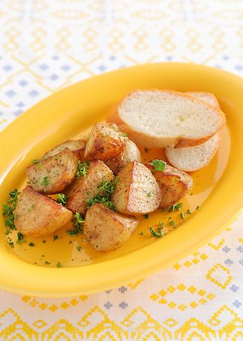 濃厚な塩気とうま味が特徴のアンチョビを使ったレシピです。新じゃがいもをレンジで加熱した後、フライパンでアンチョビペーストとにんにくを加えて炒めます。簡単なのに、おしゃれに魅せるおつまみです。ぜひバケットを添えて召し上がれ♪