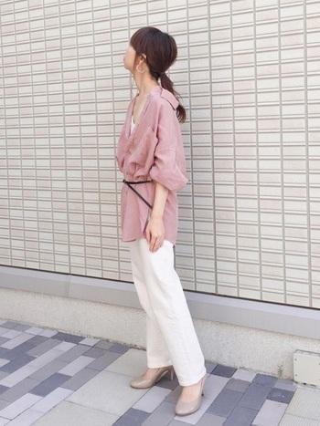 ビッグシルエットのシャツを細めの黒ベルトでゆったりブラウジング。気になる部分を隠して細見えが叶うスタイルです。ピンクと白の組み合わせは女性らしい柔らかさと清潔感を両立させてくれますよ。