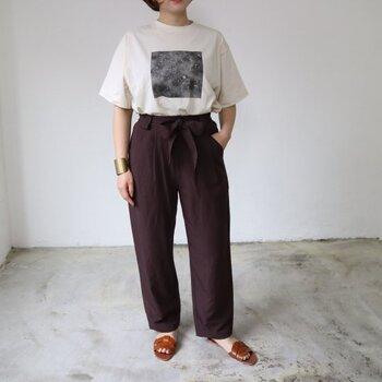 赤みのあるブラウンが秋の気配を漂わせる、大きめなリボンベルト付きのパンツ。とても落ち着いたカラーなので、ぜひトップスをインしてリボンを目立たせたいところ。素材はヴィスコースやリネン、コットンがミックスされており、程よい柔らかさです。夏の定番白Tシャツとも相性がいいので、季節をまたいで使える定番パンツとして買い足したいアイテムです。