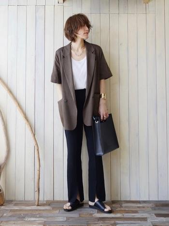 トーンが暗めのブラウンは落ち着きがあり、洗練された印象を与えてくれます。モノトーンのアイテムとなら、都会的で大人気分なコーデに。ビジネスライクな着こなしにも半袖ジャケットはおすすめです。