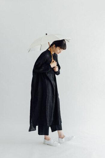 柔らかな印象のコットン生地に、スクエア柄を刺繍で施した日傘。全長40㎝とコンパクトなサイズ感で、毎日の持ち歩きにも便利です。カラーは白と黒の2色展開になっています。