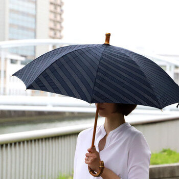 ジャガード生地にUV撥水加工を施した、晴雨兼用で使用できる日傘です。職人の手により、1本1本丁寧に手作業で作られています。日の当たり方によって模様の見え方が変わるのも、ジャガード生地の大きな魅力ですね。