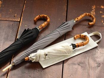 UV・撥水加工を施したコットン生地で、晴雨兼用で使用できる日傘です。竹製の持ち手は大人っぽさをアピールしつつ、手に馴染む質感も魅力。長傘と折り畳み傘の2パターン展開なので、TPOに合わせて選べるのがうれしいですね。カラーはブラック・グレー・ホワイトの3色展開です。