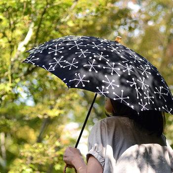 しっかりと厚みのある生地に紫外線防止加工を施し、突然の雨にも困らない晴雨兼用に仕上げた日傘です。ネイビーカラーに雪の結晶のデザインが、大人かわいい印象。普段使いにはもちろん、浴衣などに合わせてもサマになるアイテムです。