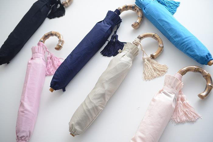 コットンピケ生地に防水UV加工をプラスした、晴雨兼用の折り畳み日傘です。上質なシンプルデザインに竹製の持ち手を組み合わせ、大人が愛用したくなるデザインに仕上げています。傘と同色のタッセルが、華やかさをアップ♪