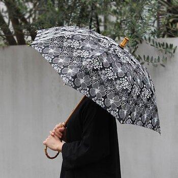 メイドインジャパンにこだわって作られている、レース柄の日傘。モノトーンで描かれる繊細なデザインが、涼し気で上品な印象を与えてくれます。長傘と折り畳み傘の」2パターンが用意されているので、使用用途に合わせて好みで選べるのもポイント。カラーはブラックとホワイトの2色です。