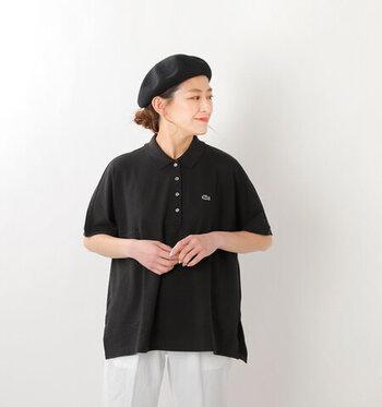 「LACOSTE(ラコステ)」のポロシャツは、ドルマンスリーブでゆったりと着こなせるシルエットが特徴の一枚。デニムやシンプルなパンツに合わせるだけでも、ほどよいサイズ感でおしゃれにコーディネートできます。カラーはホワイト・ネイビー・ブラックの3色展開です。
