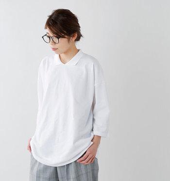 ビッグシルエットで尻上げたポロシャツは、袖丈も長めの作りになっているのが特徴。ワイドパンツやスカートと合わせてゆるっと着こなしたいときも、袖をラフにロールアップするだけでメリハリ感を演出できます。カラーはホワイト・ネイビー・ブラックの3色展開です。