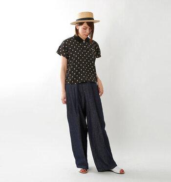 ドット柄のポロシャツに、デニムのワイドパンツを合わせたカジュアルなコーディネートです。ハットとサンダルで夏らしさをプラスして、デイリーコーデにぴったりならくちんスタイルに仕上げています。
