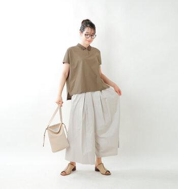 モカカラーのポロシャツに、ふんわりシルエットのワイドパンツを合わせたコーディネートです。バッグやサンダルもベージュで色を揃えて、全体的に同系色でまとめているのがポイント。ナチュラルで動きやすい夏コーデの完成です。