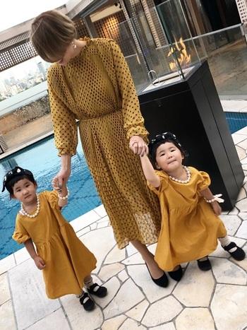 結婚式に子連れで参加する際のママコーデなら、お揃いスタイルを楽しむのも◎マスタードカラーの長袖ドレスで色を合わせたリンクコーデなら、「かわいい♪」の言葉を貰えること間違いなしです。