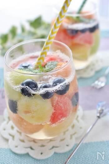 こちらは、フレッシュフルーツとナタデココのフルーツポンチ。  ナタデココはココナッツウォーターを発酵させたもので、フルーツとの相性抜群。食物繊維を含んでいるので、お腹の調子を整えてくれます。いつものフルーツポンチに飽きたらコリコリ食感が楽しいナタデココを加えてみて。