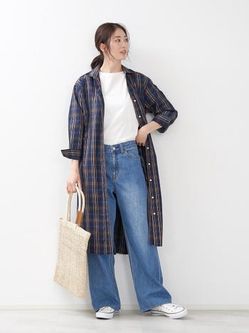 シンプルな白Tシャツに、デニムパンツを合わせたベーシックなコーディネート。子どもとちょっとしたお出かけやお買い物に出かけるときは、上からシャツワンピースをサッと羽織ればお出かけスタイルに大変身します。スニーカーやトートバッグで動きやすさも抜群。おしゃれを忘れないママのデイリーコーデです。