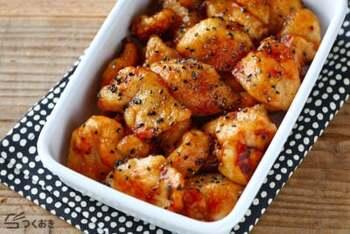 ピリリと黒コショウがきいた揚げ焼きチキン。黒ごまの風味もふわりと香り、甘辛くお弁当のメインにぴったりの一品。材料もお手軽なものでさっと作れます。
