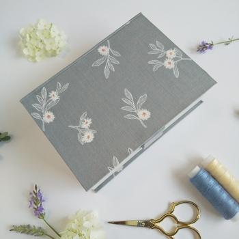 厚紙に布やリボンで装飾するカルトナージュ。お花の柄と色合いがとっても上品で素敵ですね。使っていない時も見ているだけでほっこり出来そうなアイテムです。