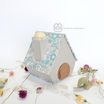 一見、ソーイングボックスとは分からないくらいかわいいお家の形のボックス。屋根の部分がカパッと開いて、一目で中身が見えるので、使いやすさも抜群です。針山になった煙突がとってもキュートですね♪