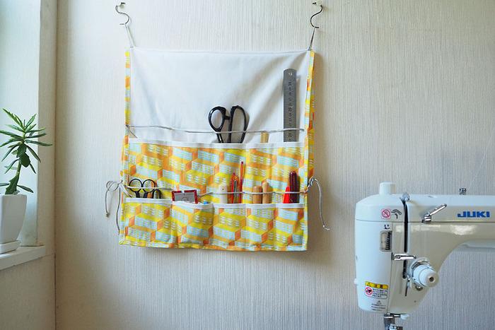 裁縫教室などに通われていて、裁ちばさみなども持ち運びたい方には、こんなアイテムも。お家に居る時には、こんな風に広げて壁にかけておくと、使い勝手抜群!