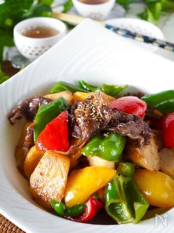 パプリカやピーマンの色合いがカラフルで、お弁当も華やぐ牛肉と長芋の炒めもの。牛肉に甘辛の下味を付ている際に冷凍可能で、お弁当を作る当日に野菜と炒めるだけで完成します。