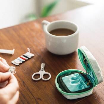 お裁縫セットとアクセサリーが入る小さなポーチは、なんだかとってもお上品。