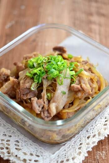 おうちにある食材で簡単に作れる、豚肉を玉ねぎの甘辛炒め。そのままはもちろんですが、お弁当用にじゃがいもを加えて肉じゃが風にしたり、ランチ用に温玉をのせて丼にしたり、もともとのおかずにアレンジを加えることで、何品も料理を展開できます。