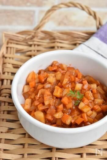 冷蔵庫にある野菜で作れるケチャップ炒め。粗みじんにした人参や玉ねぎ、じゃがいもをケチャップやみりんで炒めた甘い味付けで、チーズをのせて焼いたり、ひき肉と炒めてミートソースにしたりと、お子様好みのメニューが簡単に作れます。
