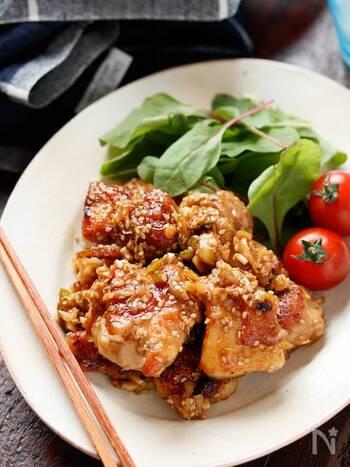 揚げないのにカリカリじゅわっと美味しい、タレで絡めた唐揚げ。下味を付けた鶏もも肉をフライパンのごま油で両面焼き、長ネギに調味料を入れて絡めて出来上がり。ネギや酸味が効いて爽やかで夏にもぴったり。