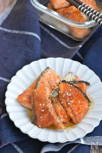 甘塩の鮭で気軽に作れる照り焼きレシピ。薄力粉をまぶした鮭に、にんにくや砂糖、しょうゆなどの調味料で炒めるだけと、とっても簡単。お弁当に入れて見栄えもするので、ストックしておきたい一品です。