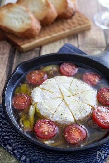 カマンベールチーズを丸ごと入れたインパクトのあるアヒージョ。とろとろになったチーズとトマトがよく合います。具材は冷蔵庫の残り野菜を加えてもOK◎簡単に調理してそのままテーブルへ出せるので、キャンプ飯のとりあえずの一品としておすすめです。