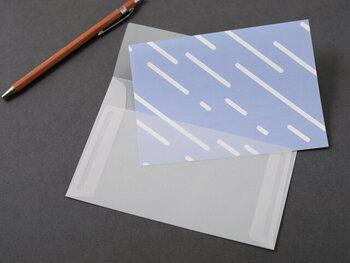 両面を別の色に染める独自の技術を生かしたアイテムを生み出している「hirali」の手ぬぐいと同じように、表裏2色の便箋と半透明の封筒がセットになっており、半透明のトレーシングペーパーで作られた透け感がある封筒は、中に入っている便箋の色と模様が楽しめ、あける前からワクワクしそう。