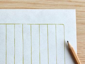 少し透け感があり和紙ならではのざらりとした手触りが心地よい、グレーの便箋には鶯色の枠入り縦罫線がついている「ぎんねず」。