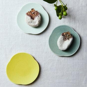 フラットな形状で、お料理やお菓子の存在感を引き立ててくれるこちらの豆皿。形を変えながら空にふんわり浮かぶ「雲」をモチーフにした涼しげなデザインです。 青色と水色の他、黄色と白も展開しています。