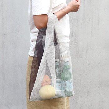 プラスチックバッグのようなデザインで、丈夫なメッシュ素材でできたバッグです。十分なマチがあって、お買い物にちょうどいいサイズです。中の物は透けて見えるから、エコバッグ感覚で使うと良いかも。